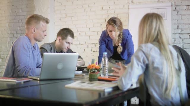 Equipo-de-compañeros-de-trabajo-discutiendo-la-carta-en-la-oficina-durante-la-reunión-de-negocios-Colegas-en-una-conferencia-sobre-un-nuevo-proyecto