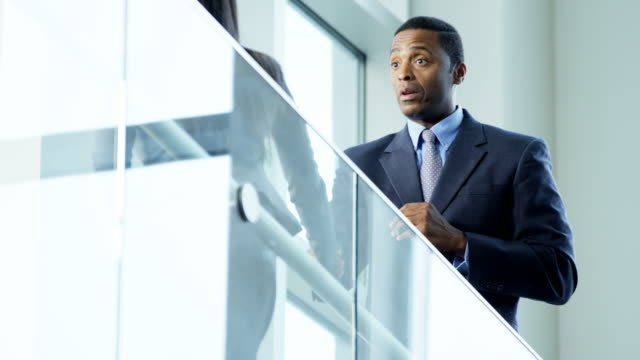 Múltiples-empresarios-étnicos-reunirse-en-la-oficina