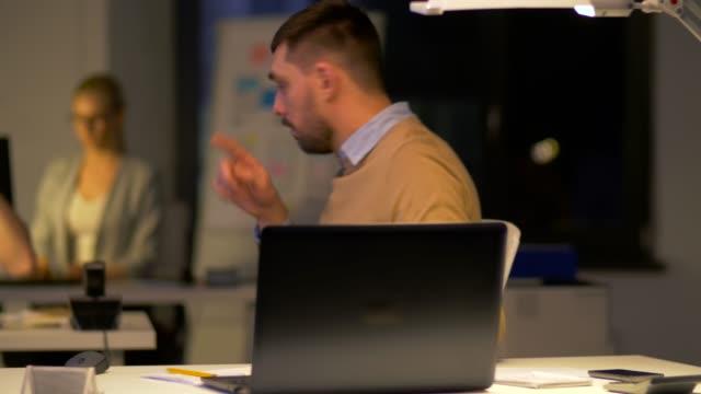 trabajador-de-oficina-con-ordenador-portátil-pide-ayuda-colega