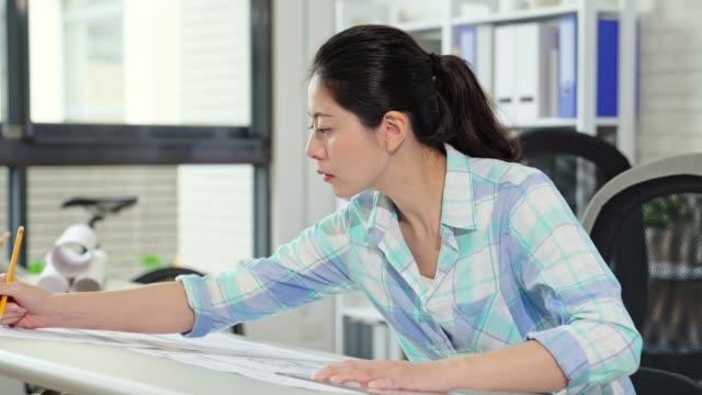 schöne-weibliche-Designer-im-Büro-arbeiten