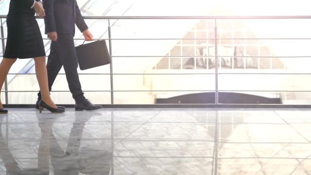 El-hombre-y-la-mujer-caminando-en-el-pasillo-de-la-oficina