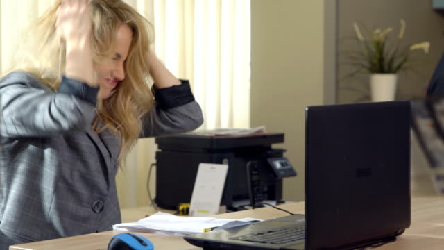 angry-business-woman-in-suit-works-at-the-computer-in-office-