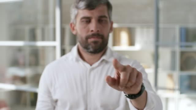 Hombre-de-negocios-utilizando-la-pantalla-Invisible-AR