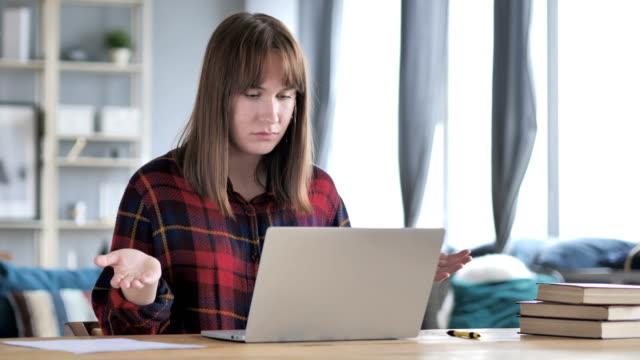 Pérdida-frustrada-joven-Casual-trabajando-en-ordenador-portátil