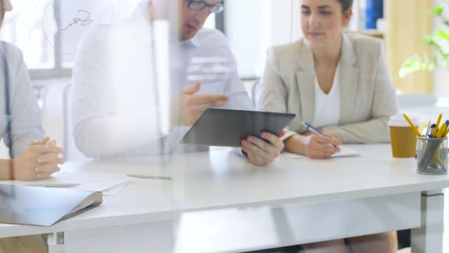 equipo-de-negocios-con-los-papeles-de-trabajo-en-la-oficina