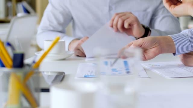 Business-Team-mit-Diagrammen-im-Büro-treffen