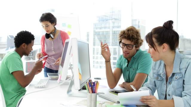 Cuatro-creativo-diseñador-trabajando-juntos