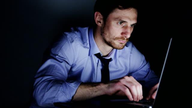 Joven-empresario-enfocado-en-el-trabajo-durante-horas-extras