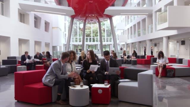 Reunión-de-empresarios-en-el-lobby-de-la-oficina-moderna-filmada-en-R3D
