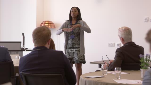 Geschäftsfrau-Präsentation-Konferenz-am-R3D-erschossen