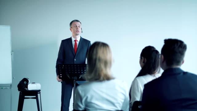 Audiencia-joven-atenta-en-una-reunión-de-negocios