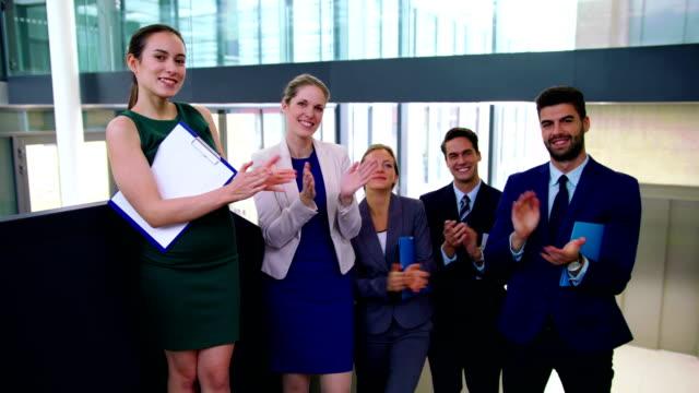 Empresarios-aplauden-después-de-la-presentación