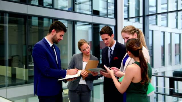 Ejecutivos-de-negocios-interactuando-con-los-demás
