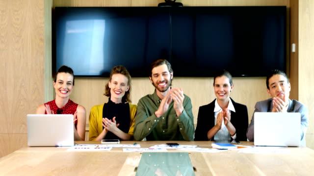 Equipo-de-negocios-aplaudiendo-durante-la-reunión-en-sala-de-conferencias