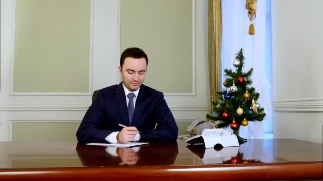 El-Presidente-firma-de-documentos-en-el-escritorio-en-la-oficina