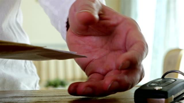 El-hombre-volvía-revisar-recibos-domésticos-y-paquetes-sobre-la-mesa