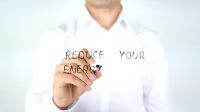 Reducir-su-factura-de-energía-hombre-de-la-escritura-en-vidrio