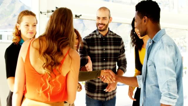 Colegas-de-negocios-estrechándose-las-manos-en-la-oficina