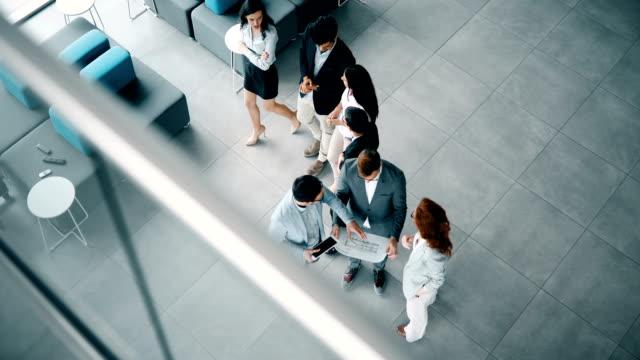 Grupo-de-personas-de-negocios-colaborando-y-trabajando-en-proyecto