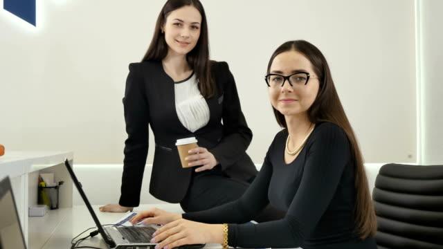 Dos-mujeres-de-negocio-en-la-oficina
