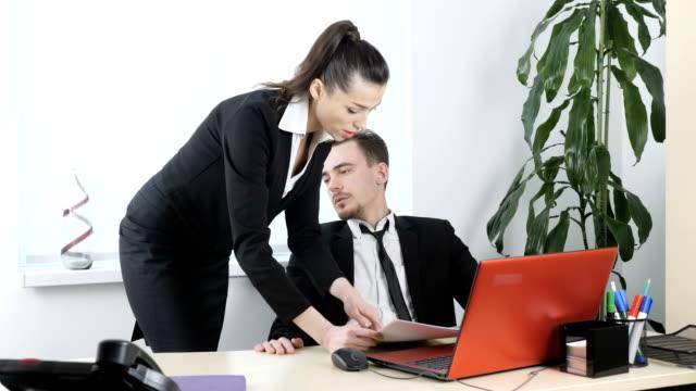 Acoso-sexual-en-la-oficina-el-jefe-coquetea-con-la-Secretaria-el-jefe-mira-a-la-figura-de-su-fps-60-casados