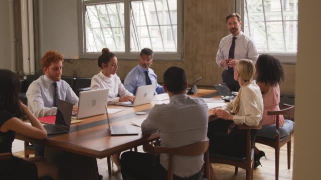 Empresario-principal-una-reunión-de-media-edad-de-puerta