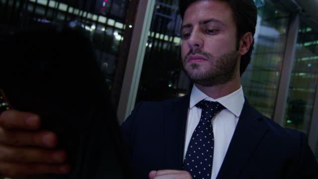 Hombre-de-negocios-árabe-trabajo-tablet-tecnología-noche-vestíbulo
