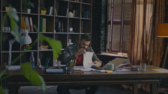 Empresario-leyendo-papeles-documentos-en-el-escritorio-Hombre-de-negocios-trabajando-en-oficina
