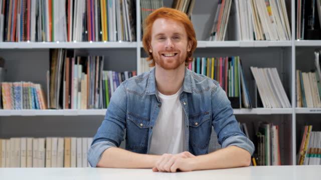 Portrait-of-Smiling-Mann-mit-roten-Haaren
