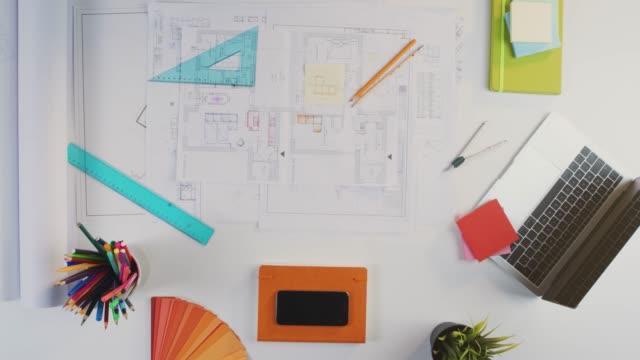 Apretón-de-manos-de-arquitectos-en-el-proyecto-de-la-casa