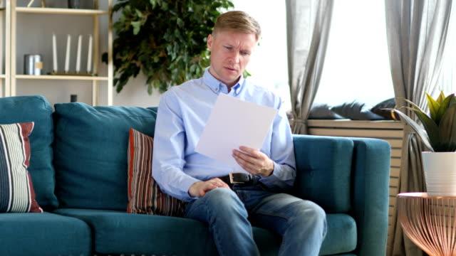 Penisve-media-edad-hombre-lectura-documentos-papeleo