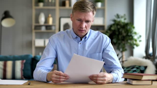 Empresario-el-malestar-después-de-la-lectura-de-documentos-en-el-trabajo