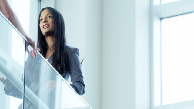 Múltiples-empresarios-étnicos-dentro-de-la-casa-de-reunión-en-atrio