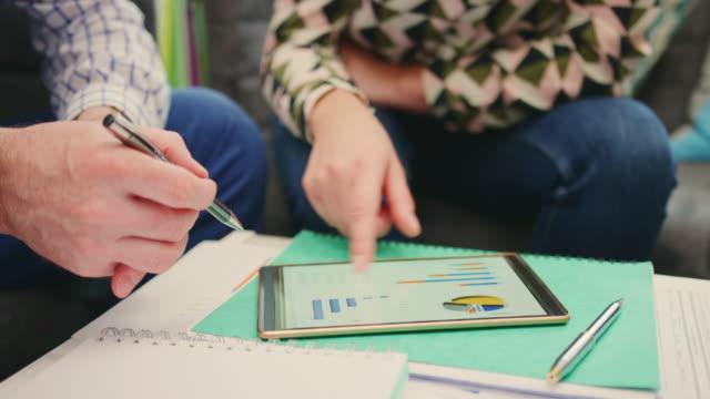 Geschäftsfrau-diskutieren-Finanzdaten-mit-Kollegen-auf-Digital-Tablet-4K