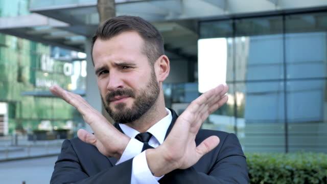 Gesto-rechaza-dirigida-por-el-empresario-de-barba
