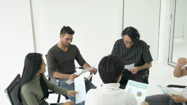 Geschäft-Leute-sitzen-herum-und-treffen-Team-zusammen-Geschäftsmann-und-Geschäftsfrau-die-gemeinsam-Ideen-Naher-Osten-oder-transkontinentale-Region-Westasien-im-Mittelpunkt-