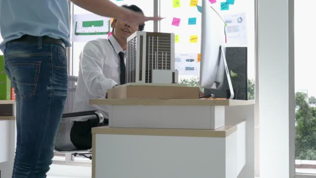 Architekten-arbeiten-am-Gebäudemodell-männlich-und-Geschäftsmann-glücklich-Erfolg-Business-Mann-schlagen-Idee-Designer-im-modernen-Büro-Konzept-des-Bau-Architektur-Entwicklung-und-kreativ-