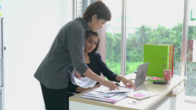 Asian-managers-assign-tasks-to-their-subordinates-female-and-responsible-followers-concept-of-business-management-and-assignment-