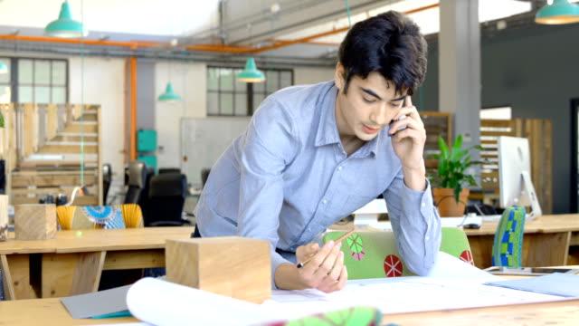 Ejecutivo-hablando-por-teléfono-móvil-en-la-oficina-4k