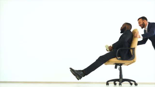 Die-beiden-Männer-spielen-mit-einem-Stuhl-und-werfen-Sie-Ihr-Geld-Slow-motion