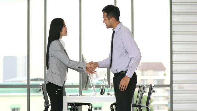 Mujer-asiática-mano-con-hombre-asiático-
