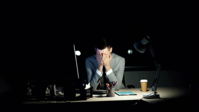 Oficinista-cansado-chico-está-trabajando-en-equipo-tarde-en-plazo-de-reunión-de-la-noche-buscando-cansado-y-agotado-Trabajadores-concepto-de-juventud-tecnología-y-estrés-
