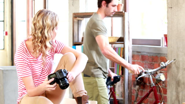Creativo-equipo-de-negocios-mirando-a-la-cámara