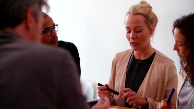 Jóvenes-empresarios-con-reunión-para-el-inicio-de-la-presentación-de-la-empresa