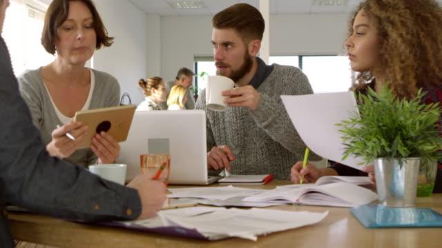 Reunión-de-trabajo-en-la-oficina-moderna-ocupada