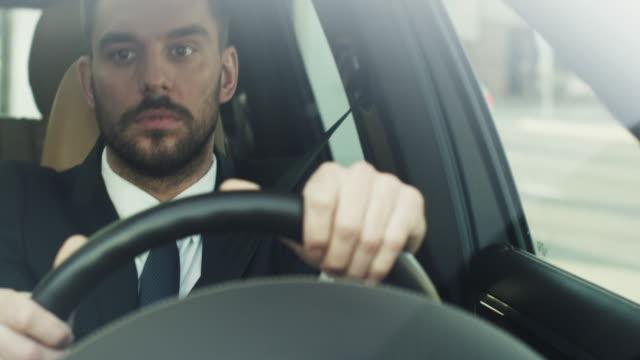 Empresario-que-conducir-un-coche-en-el-distrito-financiero-