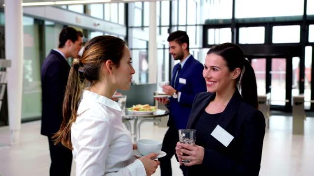 Sonriendo-empresarios-interactúan-entre-sí-durante-las-vacaciones