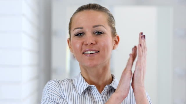 Portrait-of-Clapping-Woman-Applauding