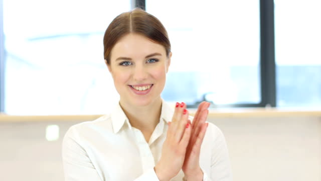 Mujer-de-Palmas-aplaudiendo
