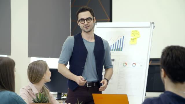 Hombre-hablando-a-compañeros-de-trabajo-durante-la-presentación